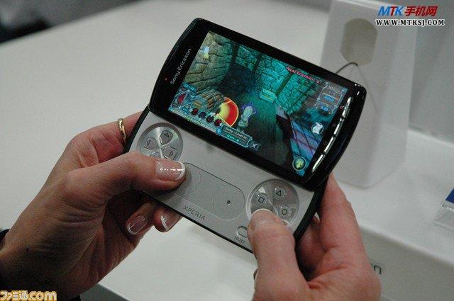 用手机玩游戏 加速度传感器   加速度传感器是一种能够测量加速力的电子设备。加速力就是当物体在加速过程 中作用在物体上的力,就好比地球引力,也就是重力。加速力可以是个常量,比如g,也可以是变量。因此其的范围比重力感应器要大,但是一般在手机被提到的加 速度感应器时,其实就是指重力感应器,因此两者可以看做是等价的。 方向感应器  手机方向传感器是指,安装在手机上用以检测手机本身处于何种方向状态的部件,而不是通常理解的指南针的功能。   手机方向检测功能可以检测手机处于正竖、倒竖、左横、右横,仰、俯状态。具有