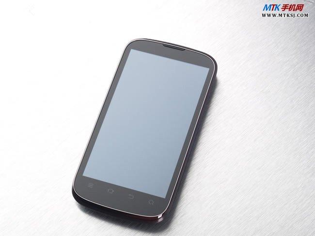 中兴V970是智观家族的新晋产品,同时也是中兴手机首款搭载MTK6577双核方案的手机。中兴V970的硬件配置属于主流水平,该款手机搭载了联发科MTK MT6577双核处理器,主频率为1G,手机运行内存为1GB,ROM为4G,相比之同价位的联想A789更为强悍,比之金立GN700W以及很多大厂的MTK6577手机产品的RAM都要高,并且配备了4.