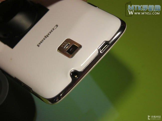 机身细节:手机顶部集中了耳机插孔和micro usb接口.