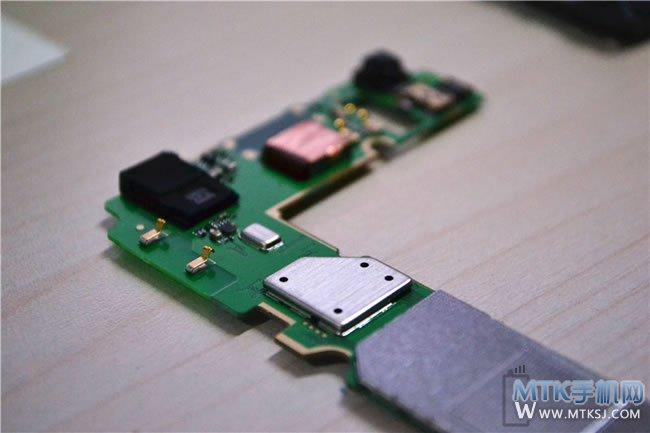 能达成如此高的预约量使这么多用户(黄牛)参与,798元的价格和主流的配置是最大的动力,也反映出来人们对于真正性价比产品的渴望,不仅要有价格优势,质量等也不能落下。另外本身荣耀3C的规格也可圈可点,1.3GHz MT6582四核+1G RAM/4G ROM+5英寸720P全贴合屏+500万+800万像素相机等,足可在该价位上吸引到大家的关注,何况还有国内一线大厂的品牌影响力摆在那里。 本文来自MTK手机网http://www.