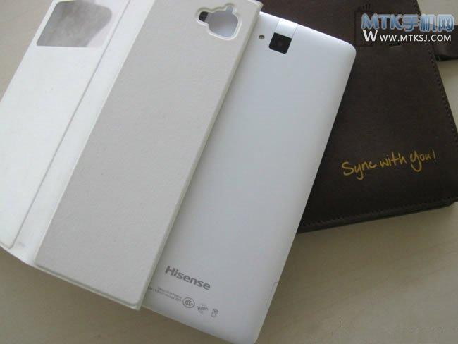 隨著4G牌照的發放,國內不少廠商都推出了4G產品,海信手機最近也在忙著宣傳4G新機,首款等待上市的新機名為X6T,這款手機屬于海信全新的X系列,除了X6T之外,海信后續還有X6T/X5T/X8T//X9T/X68T等一系列產品。目前官方還曝光一款比較特別的新機,該機型號為海信X1。 粗略一看的話,這款手機的外觀設計和已經上市的MIRA II十分相似,機身正面上下兩端同樣是銀色,中間為黑色的屏幕,背部的攝像頭等部位的設計亦與MIRA II如出一轍。