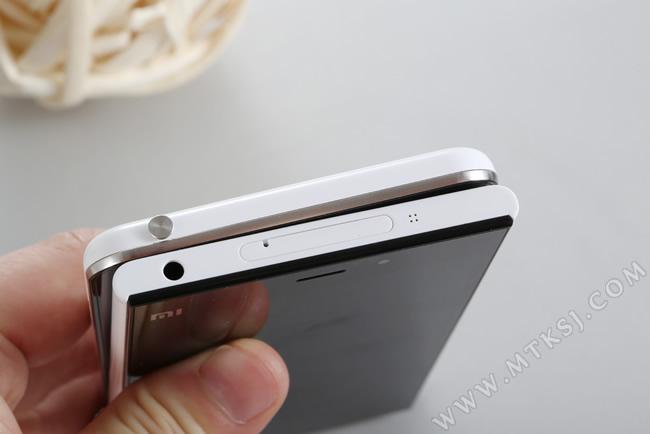 手机顶部左边都是耳机孔,有所不同的是优米x3自带防尘塞式的取卡针